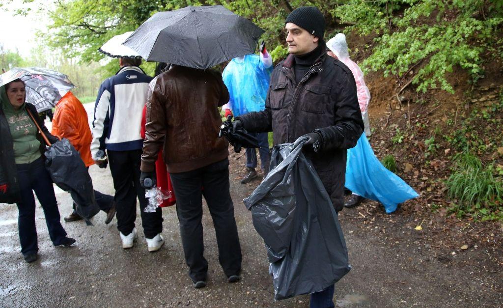 Zamjenik ministra zaštite okoliša Dokoza sa volonterima sudjelovao u akciji Zelena èistka