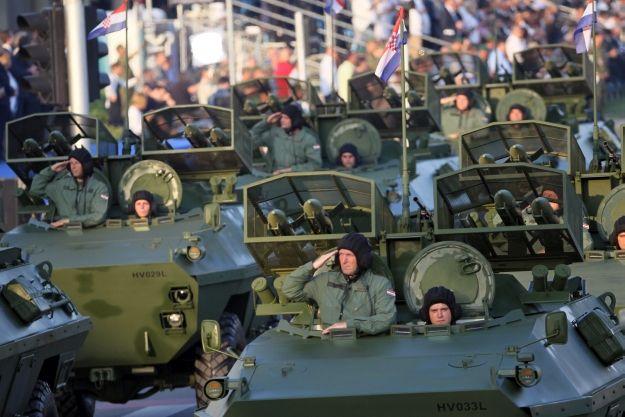 Zagreb, 4.8.2015. - Nakon pješaèkog dijela mimohoda, moæ hrvatske vojske u utorak su demonstrirali i mehanizirano-motorizirani postroji, meðu kojima i moæna oklopna borbena vozila, ukljuèujuæi atraktivne MRAP-ove i tenkove M-84.  foto HINA / Damir SENÈAR / mm