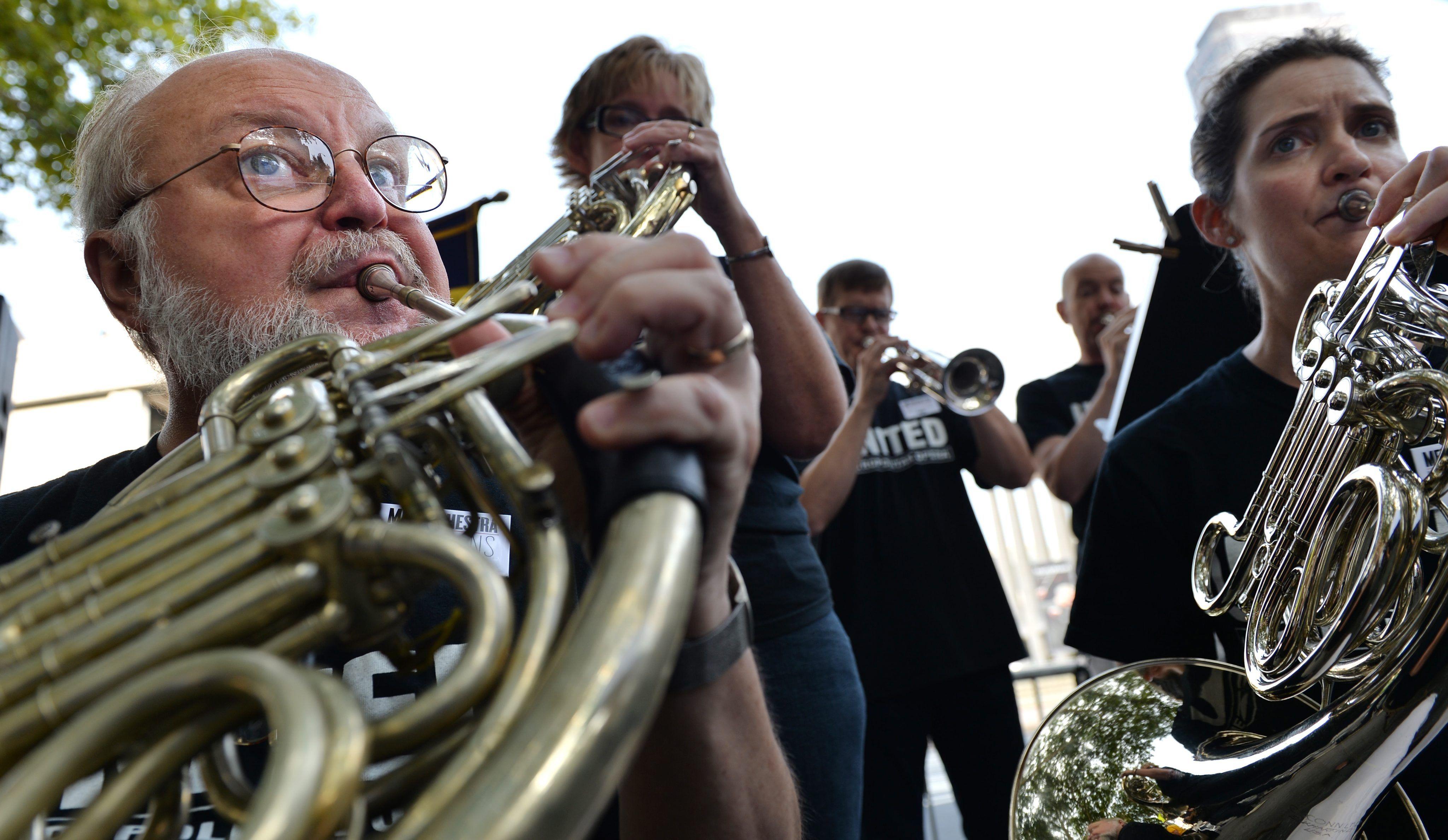 Članovi orkestra sviraju tijekom prosvjeda